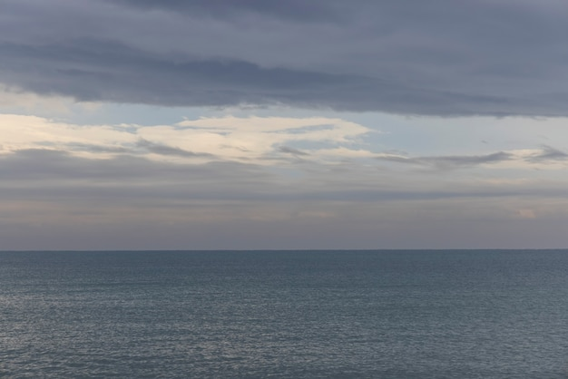 Prachtig uitzicht op zee en bewolkte hemel