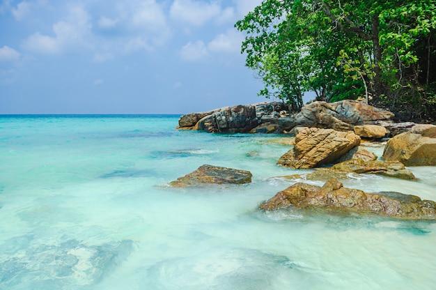 Prachtig uitzicht op zee in thailand