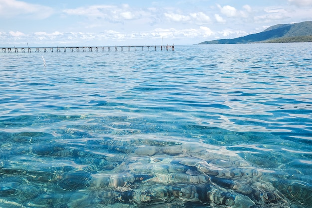 Prachtig uitzicht op zee met helder en transparant water bij karimun jawa