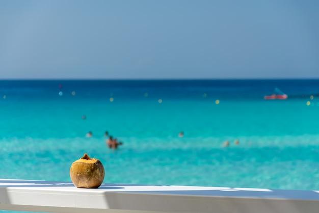 Prachtig uitzicht op zee vanuit een café met kokosnoot.