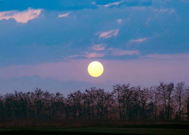 Prachtig uitzicht op zonsondergang licht