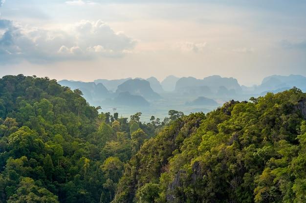 Prachtig uitzicht over de vallei en heuvels met tropische vegetatie. fantastisch thais landschap in de provincie krabi