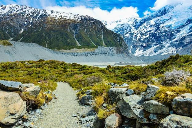 Prachtig uitzicht tijdens wandeling naar gletsjer in mount cook national park, zuidereiland, nieuw-zeeland