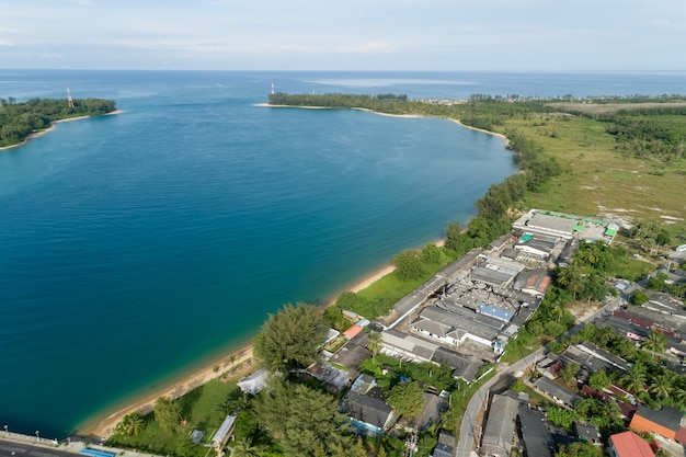 Prachtig uitzicht tropische zee op het eiland phuket en de provincie phang nga thailand luchtfoto landschap.