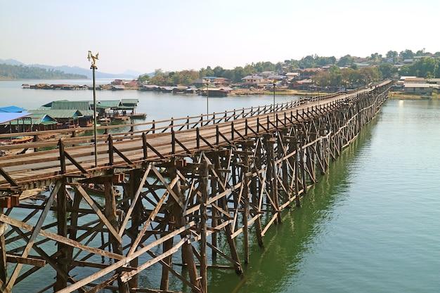 Prachtig uitzicht van 447 metrelong mon bridge, de langste handgemaakte houten brug in thailand