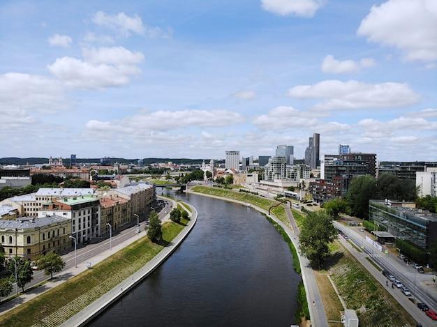 Prachtig uitzicht van bovenaf op de mooie en rustige stad vilnus. de hoofdstad van het europese baltische land litouwen. luchtfoto gemaakt door drone