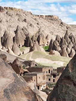 Prachtig uitzicht van rock-cut klooster in selime, cappadocië, turkije.