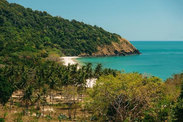 Prachtig uitzicht vanaf de top naar het tropische strand