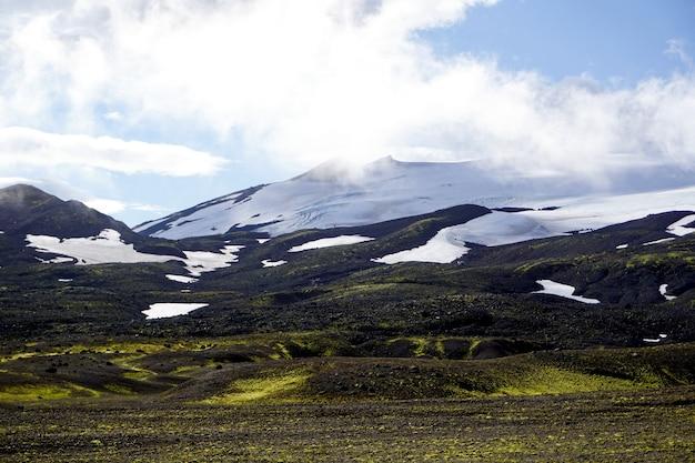 Prachtig uitzicht vanaf de weg door het snaefellsjokull national park op het schiereiland snaefellsnes in west-ijsland.
