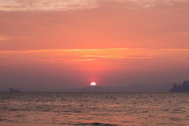 Prachtig uitzicht vanaf de zee naar de uitgaande zon