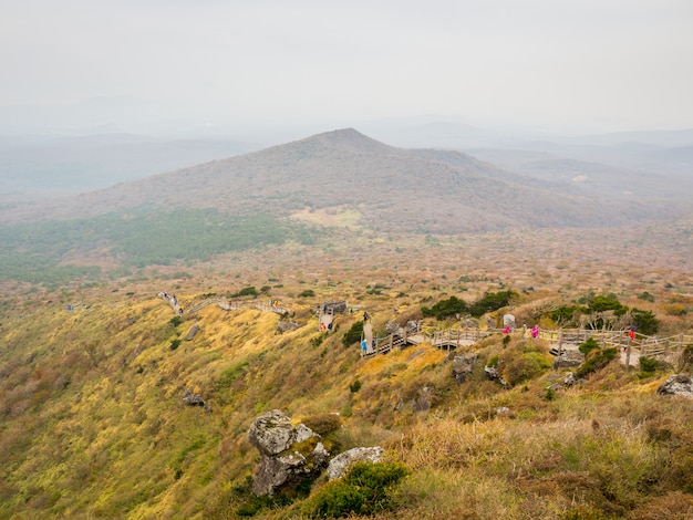 Prachtig uitzicht vanuit de hoge hoek van de top van de hallasan-berg op het zuid-koreaanse eiland jeju.