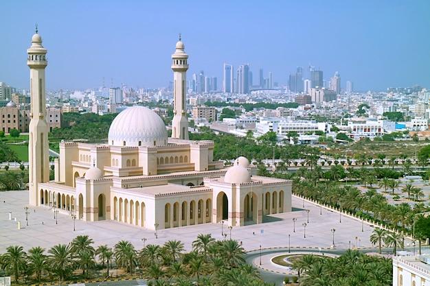 Prachtig uitzicht vanuit de lucht op de al fateh grand mosque van manama, de hoofdstad van bahrein