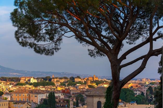 Prachtig uitzicht vanuit de lucht van rome bij zonsondergang in rome, italië