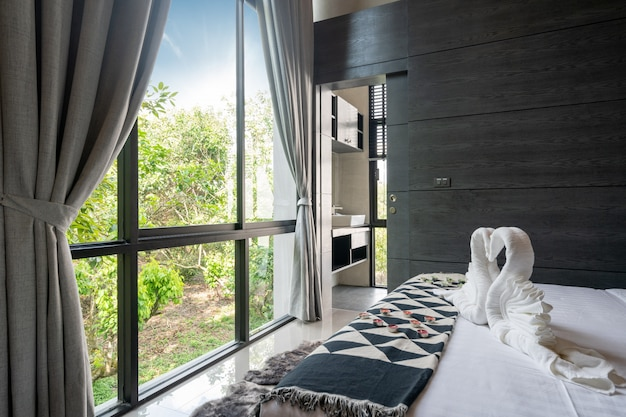 Prachtig uitzicht vanuit de slaapkamer door vensterglas en blind gordijn