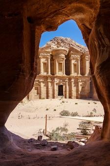 Prachtig uitzicht vanuit een grot van de ad deir - klooster in de oude stad petra, jordanië
