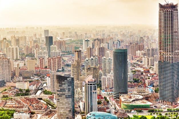 Prachtig uitzicht wolkenkrabbers, waterkant en stadsgebouw van pudong, shanghai, china.