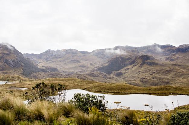 Prachtig veld met verbazingwekkende rotsachtige bergen en heuvels