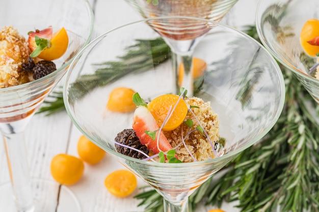 Prachtig versierde cateringbankettafel met assortiment van verschillende voedselsnacks en hapjes op zakelijke kerstverjaardagsfeest of bruiloft