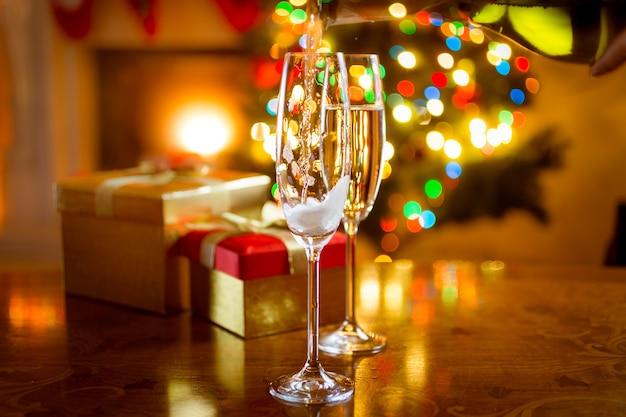 Prachtig versierde eettafel voor kerstmis met glazen champagne