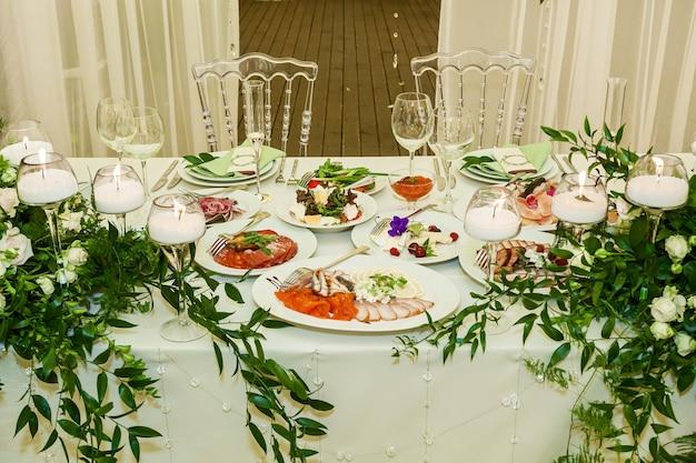Prachtig versierde feesttafel, maaltijd op de feesttafel