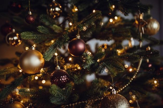 Prachtig versierde kerstboom, close-up. ballen en slingers