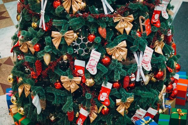 Prachtig versierde kerstboom en cadeaus