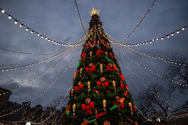 Prachtig versierde kerstboom in de stad