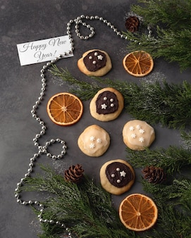 Prachtig versierde oranje koekjes met chocolade.