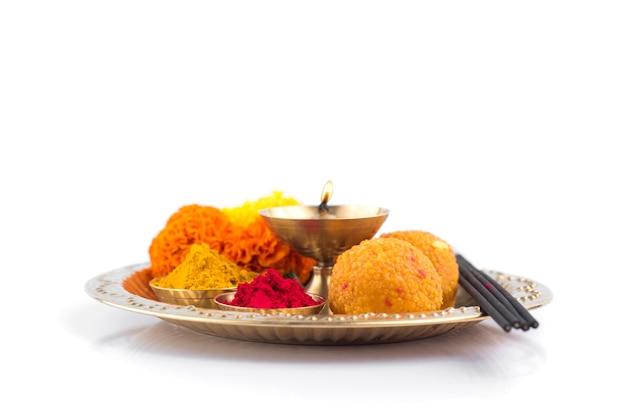 Prachtig versierde pooja thali voor festivalviering