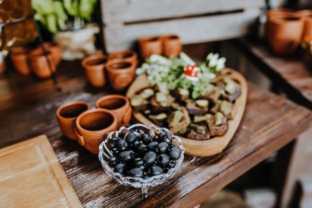 Prachtig versierde snacks op de bankettafel voor de vakantie. catering eten en drinken op huwelijksfeest