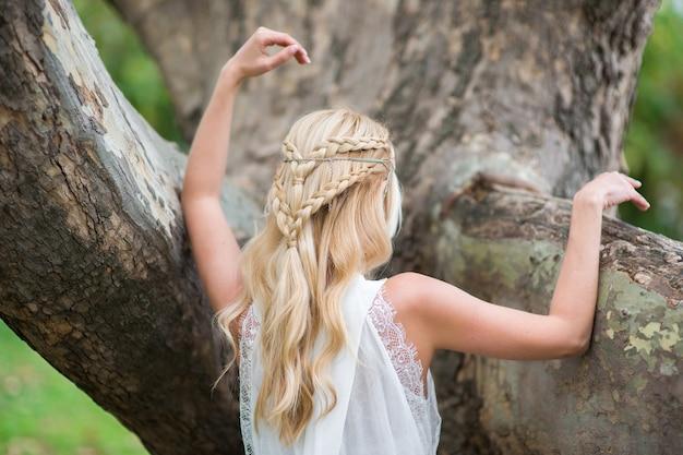 Prachtig weven in het haar van een blond meisje
