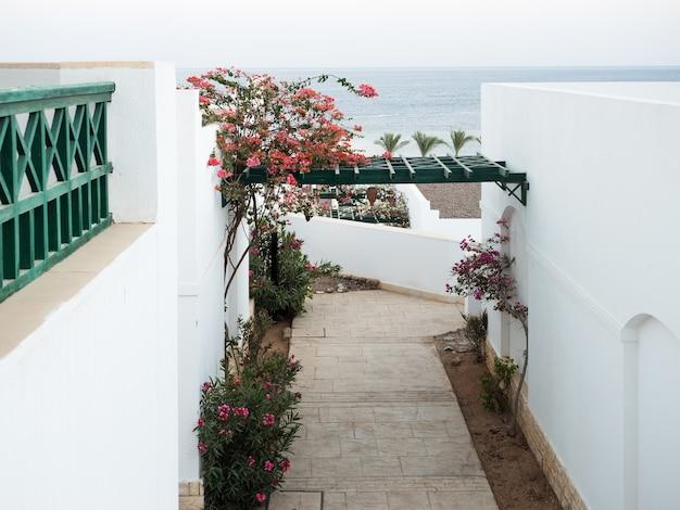 Prachtig wit huis aan zee. vakantie en reisconcept