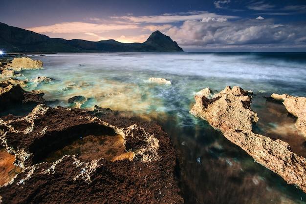 Prachtig zee landschap bij zonsondergang