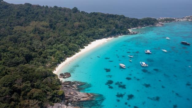 Prachtig zee landschap met tropische kust en de snelle boot op tachai eiland phang nga thailand