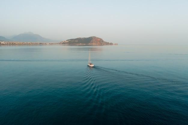 Prachtig zee landschap, zeilboot zeilen