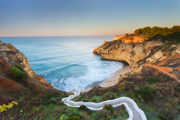 Prachtig zeegezicht baai met kronkelige trappen. portugal, carvoeiro.