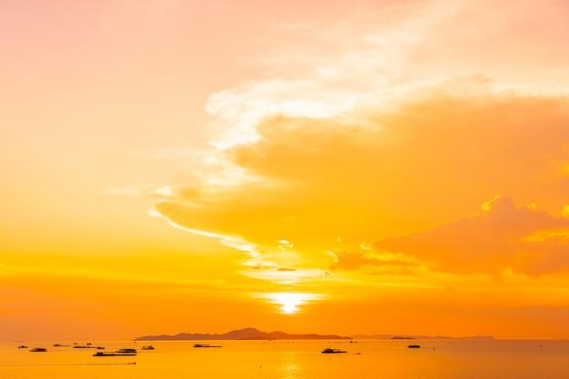 Prachtig zeegezicht bij zonsondergang