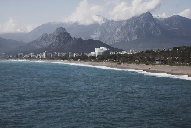 Prachtig zeegezicht en bergen van antalya