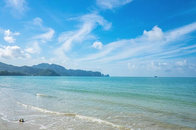 Prachtig zeegezicht en eindeloze horizon op het strand van ao nang in krabi-stad thailand.