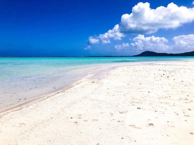 Prachtig zeegezicht en het zandstrand in polinesia