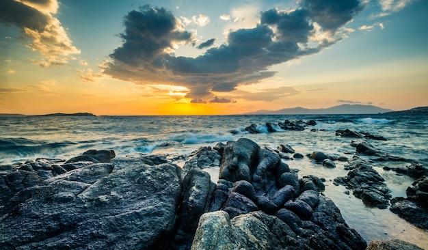 Prachtig zeegezicht met rotsen en golven