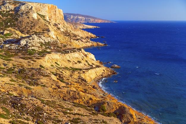 Prachtig zeegezicht. rode strand op het eiland kreta. een bergketen strekt zich uit langs de libische zee.