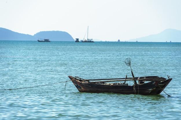 Prachtig zeegezicht, uitzicht op de pier vissersboot afgemeerd in de buurt van de kust.