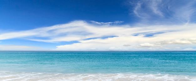 Prachtig zeegezichtpanorama, zeegezicht en blauwe oceaan met blauwe hemel