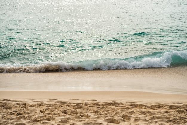 Prachtig zeezicht op de zeekustlijn met schoon golvend surfwater op het zandstrand op een zonnige dag als natuurlijke achtergrond