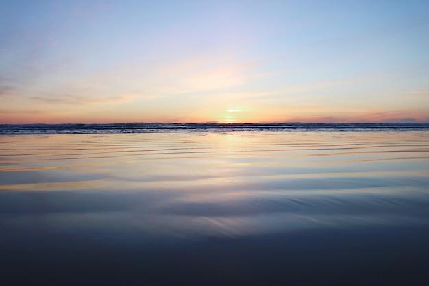 Prachtig zonsondergangzeegezicht