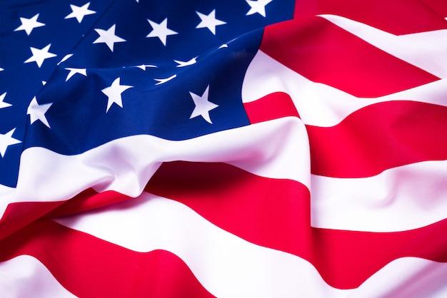 Prachtig zwaaiende ster en gestreepte amerikaanse vlag.