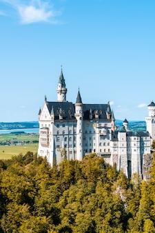 Prachtige architectuur op kasteel neuschwanstein in de beierse alpen van duitsland.