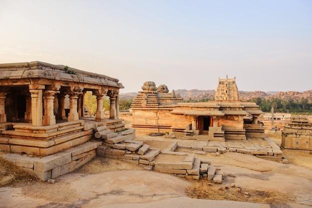 Prachtige architectuur van oude ruïnes van de tempel in hampi