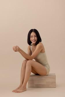 Prachtige aziatische vrouw model poseren
